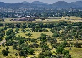 Teothihuacan: nur 3% bisher ausgegraben (Hintergund Quetzalcoatl-Pyramide)
