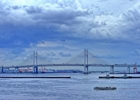 Yokohama_Hafen_Schiff-vor-Brücke