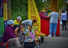 Blumenverkäuferinnen-vor-Kwas-Ausschank_1.1