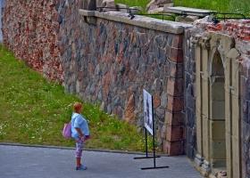 Touristin-vor-Schlossmauer_1.2