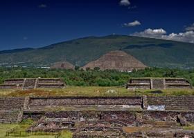 Teotihuacan: Blick auf Sonnen- und Mondpyramide