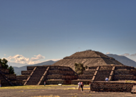 Teotihuacan_Sonnenpyramide_1.1