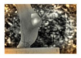 münchen minimal: Fuß der Harmlos-Skulptur an der Staatskanzlei