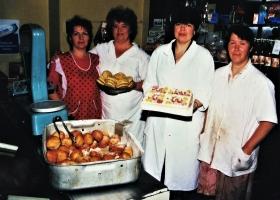 Bäckerin-Tatjana-in-Rot-und-ihr-Team
