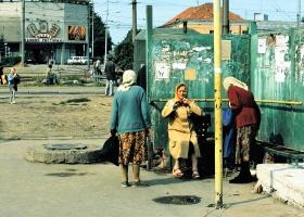 Rentnerinnen-an-der-Bushaltestelle